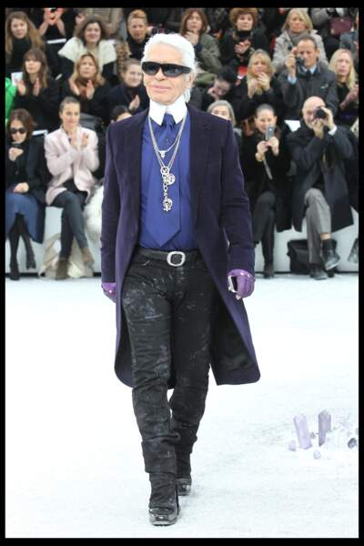 Karl Lagerfeld en gabardine pourpre et mitaines coordonnées, au défilé Chanel en 2012 à Paris