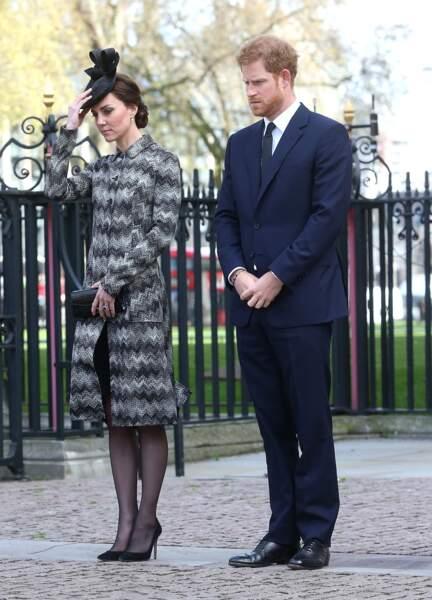 En gris et un bibi sur la tête, la duchesse a l'air très sage