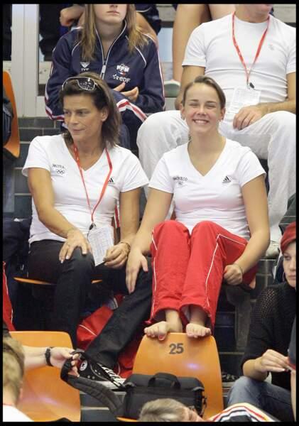 La princesse Stéphanie et sa fille Pauline, qui participe aux championnats du monde juniors de plongeon, en 2008