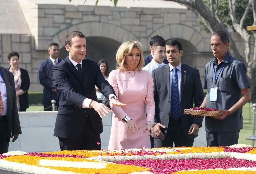 Brigitte Macron, carré blond et sa célèbre robe rose Louis Vuitton qu'elle décline désormais en rose poudré