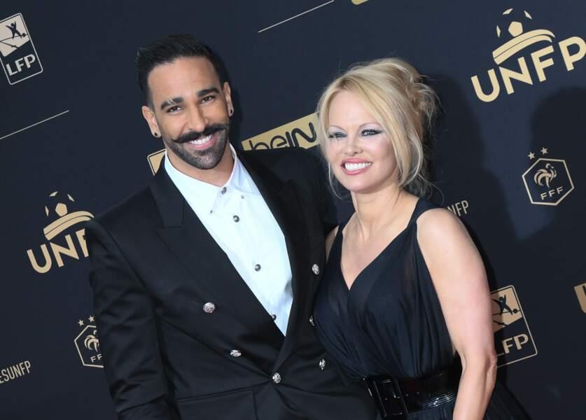 Très souriants, Pamela Anderson et Adil Rami ont fait sensation à leur arrivée au Pavillon d'Armenonville