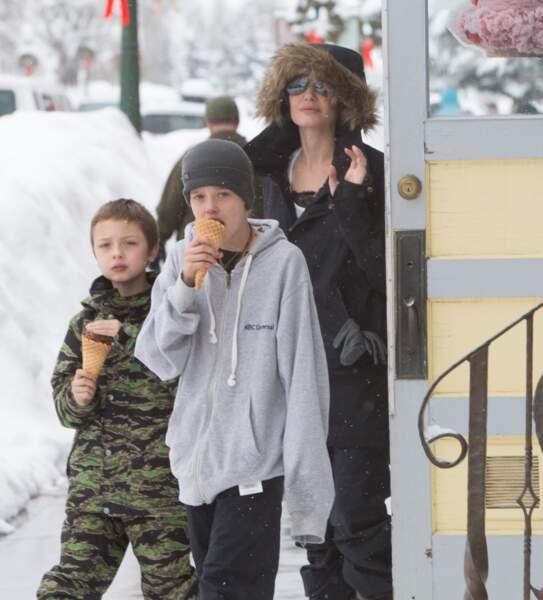 """Le prénom de Shiloh, ici avec sa mère et son frère Knox en janvier 2017, signifie """"havre de paix"""" en hébreu"""