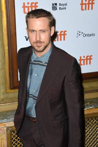 Coupe de cheveux impeccable, costume original et raffiné : l'acteur Ryan Gosling a-t-il changé quelque chose ?