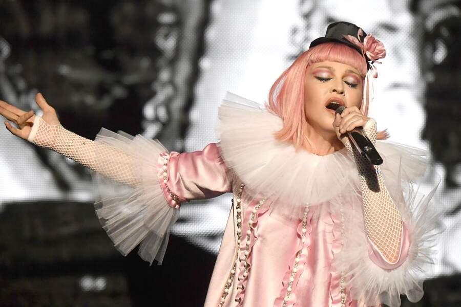 Madonna et son carré rose poudré, lors d'un concert au profit du Malawi à Miami en 2016