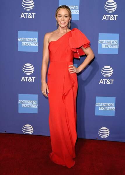 Emily Blunt dans une très élégante combinaison sophistiquée rouge qui met en valeur sa peau et ses cheveux