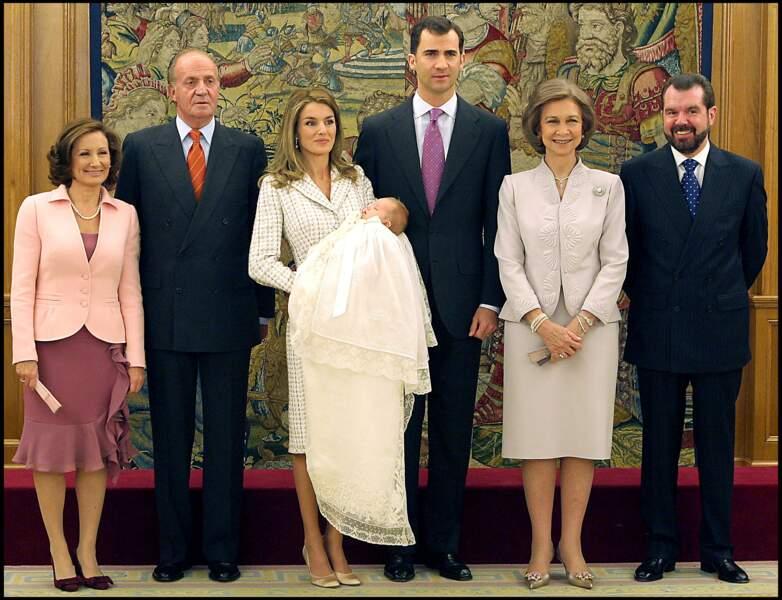 La famille royale d'Espagne, réunie autour de la princesse Leonor le 14 janvier 2006 à Madrid