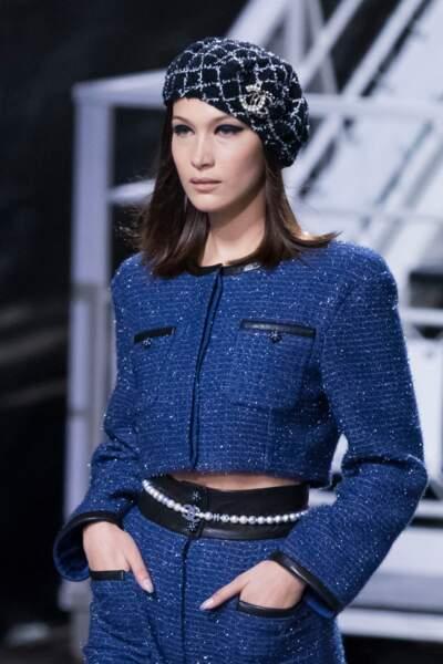 Bella Hadid canon en béret bleu défile pour Chanel croisière au Grand Palais à Paris le 3 mai 2018