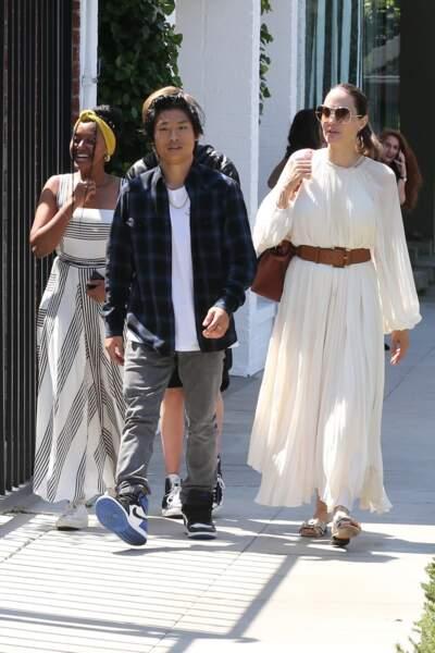 Angelina Jolie a profité d'une journée ensoleillée à Los Angeles pour aller déjeuner avec trois de ses enfants