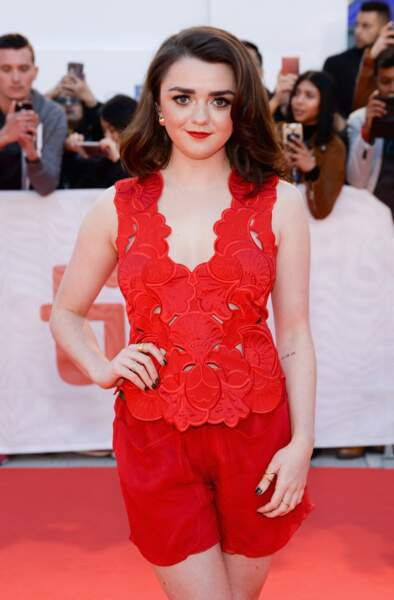 Maisie Williams, glamour en total look rouge lors du festival de Toronto le 9 septembre 2017