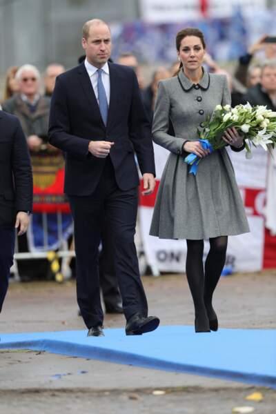 Kate Middleton très sobre tout en gris et noir, les cheveux attachés avec un ruban en velours