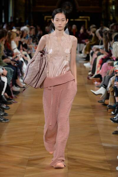 Chez Stella McCartney, ce top effet lingerie se décline en rose poudré, couleur qui va au teint de Meghan Markle.