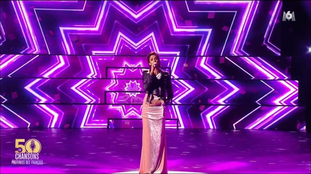 Shy'm très chic et féminine en longue robe rose et perfecto en cuir