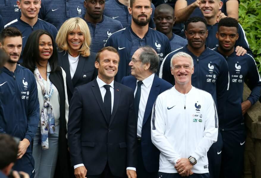 Brigitte Macron et Emmanuel Macron posent avec l'équipe de France de Football au centre de Clairefontaine.