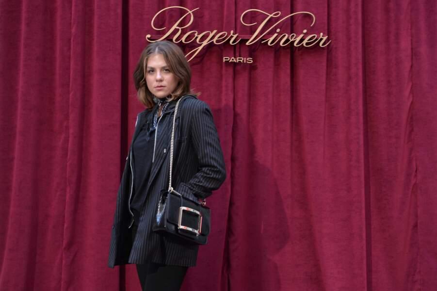 Le look de Morgane Polanski, la fille d'Emmanuelle Seigner et Roman Polanski, était décontracté pour Roger Vivier
