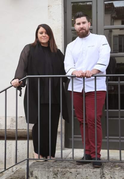 """La chanteuse Aurélie Cabrel, fille de Francis, pose devant l'hôtel restaurant """"Le square"""", avec le chef Julien Amat"""