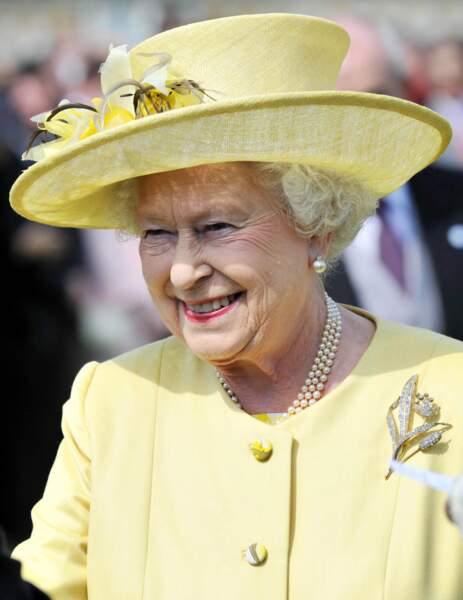 Elisabeth II parée de perles, à Londres, en 2010.