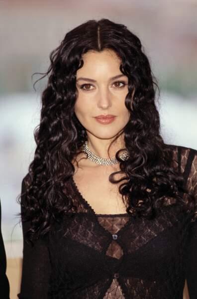Dans les années 2000, Monica Bellucci laisse une chance aux boucles contre son cheveu lisse.