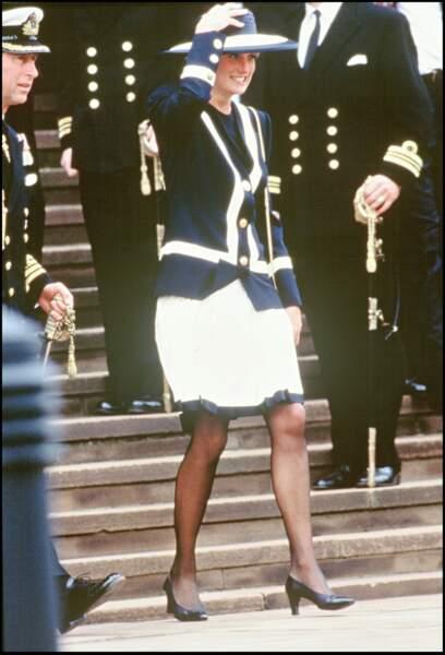 La princesse Diana en ensemble bleu marine, à bandes blanches à Liverpool, en 1993