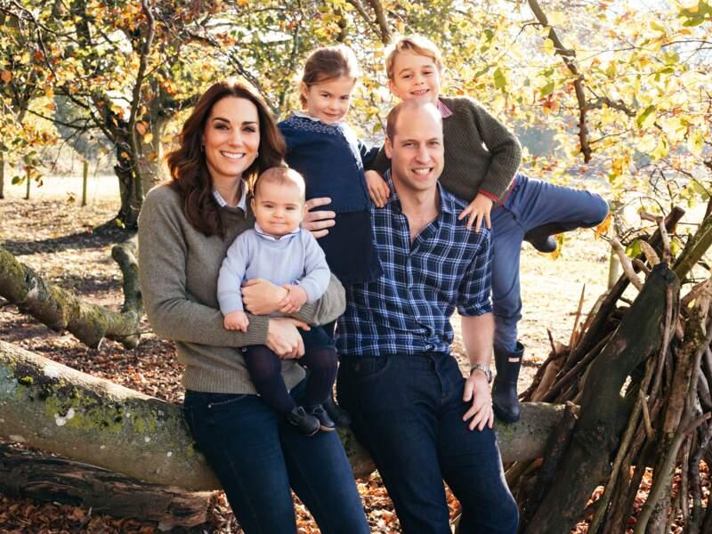 William et Kate posent avec leurs trois enfants, Louis, Charlotte et George à Anmer Hall