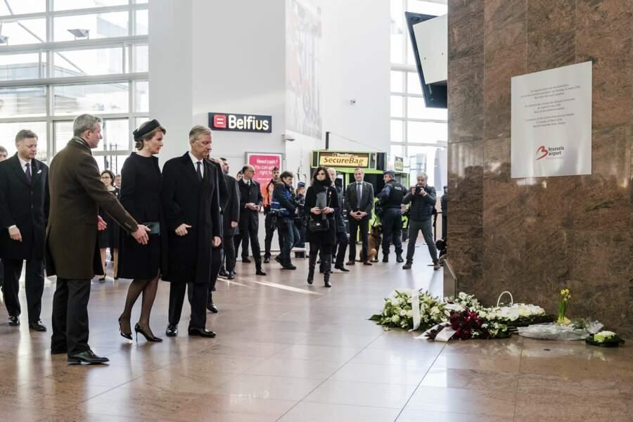 Le roi et la reine de Belgique observent une minute de silence à l'aéroport de Zaventem