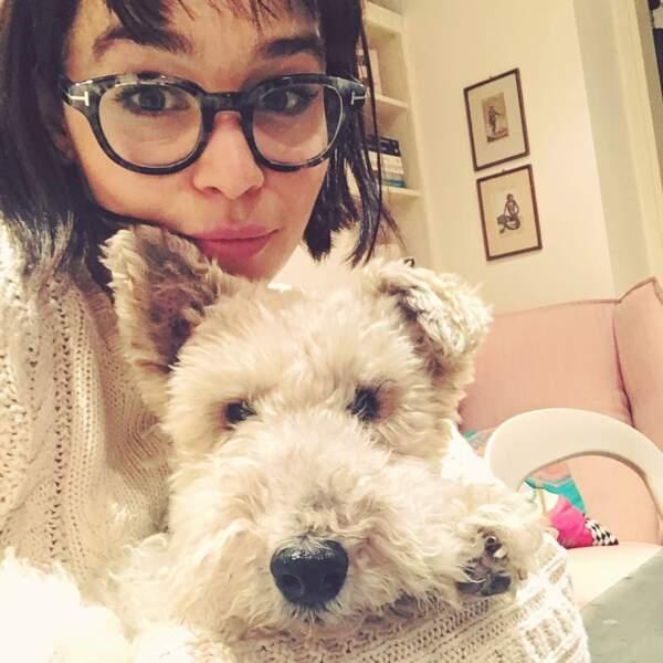 Emilia Clarke, en version brune à lunettes, un look très éloigné de celui du personnage culte qu'elle incarne