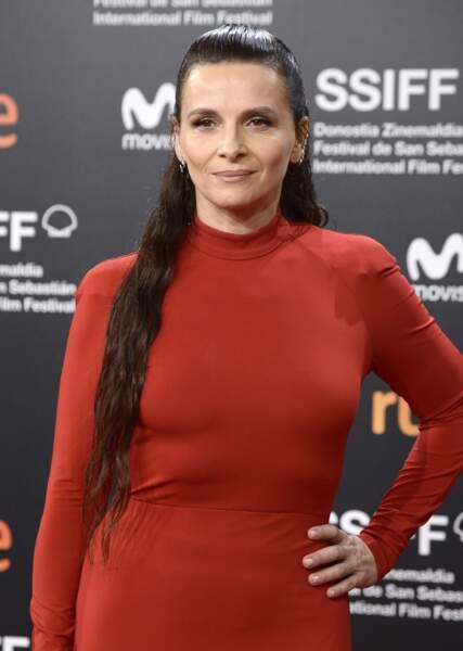 Juliette Binoche adepte des looks extravagants comme les cheveux xxl et la demie-queue-de cheval
