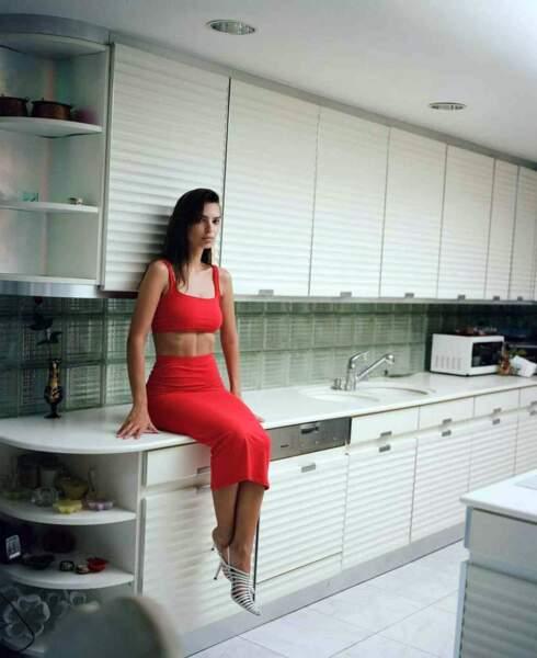 Emily Ratajkowski pose avec un ensemble rouge moulant pour sa marque Inamorata
