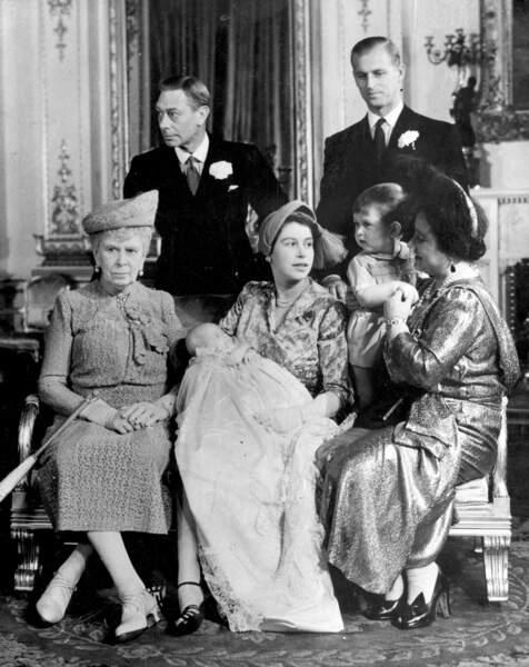 La famille royale d'Angleterre pose à Buckingham lors du baptême de la princesse Anne, le 21 octobre 1950