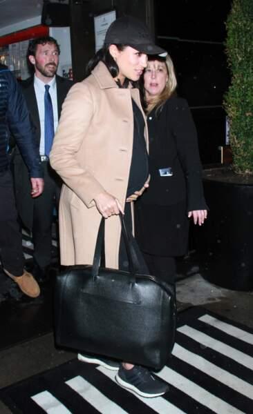 Meghan Markle  a choisi son manteau camel fétiche pour quitter New-York et un sac Cuyana à 395$