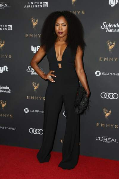 Coupe afro volumineuse pour Angela Bassett.