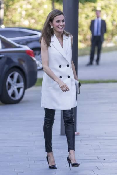 Contemporaine dans sa veste blanche sans manche