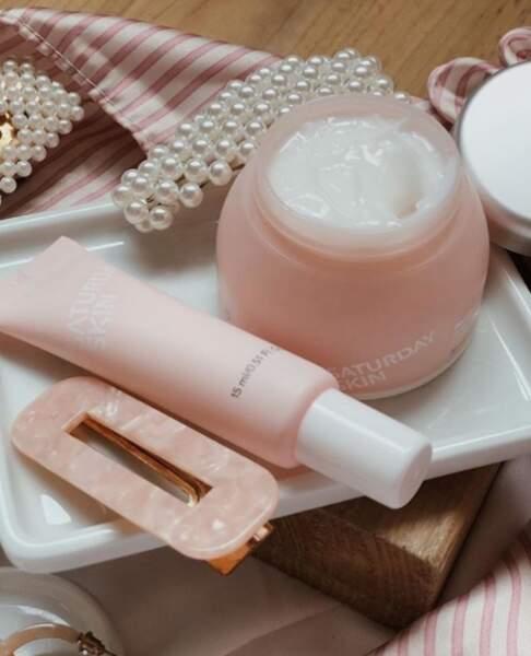 Du rose, du vegan, du glow : Saturday Skin est la marque qui vous donne de l'éclat même après une nuit TRÈS courte