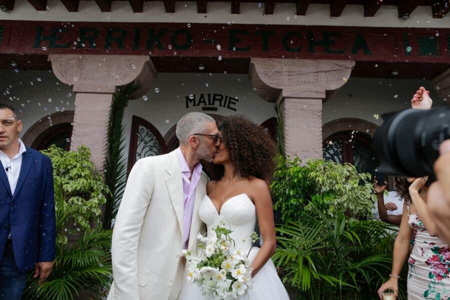 Doux baiser de circonstance à la sortie de la mairie