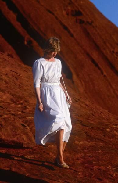 La princesse Diana, dans une robe blanche dessinée par le créateur Benny Ong, lors d'un voyage en Australie en 1983
