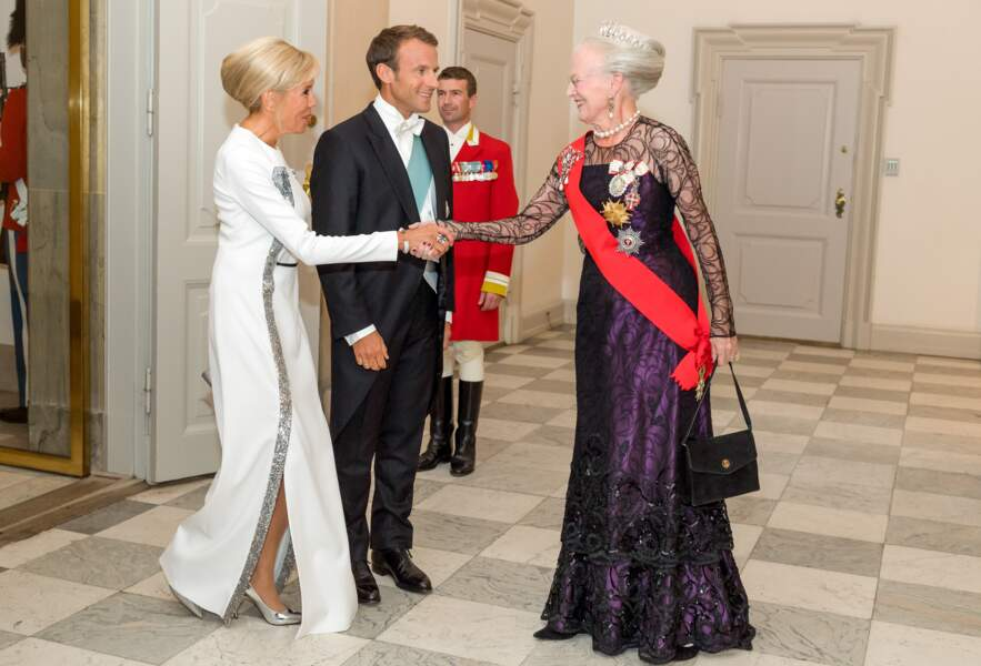 Brigitte Macron en robe de vestale blanche et argent le 29 août pour rencontrer la reine du Danemark