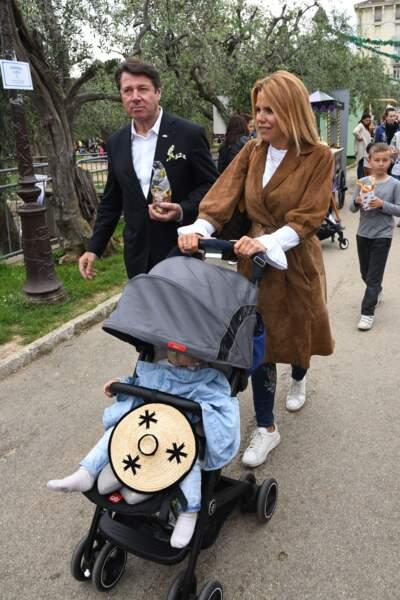 Le couple heureux avec leur fille