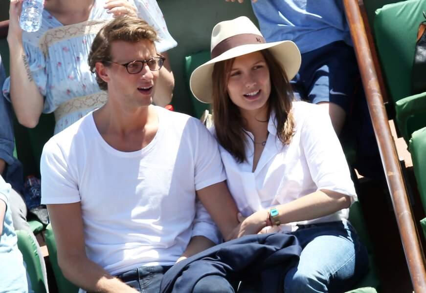 Arthur de Villepin et sa compagne, Ana Girardot, dans les tribunes de Roland Garros, le 6 juin 2015