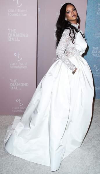 Rihanna canon en robe bi-matière blanche qui rappelle une robe de mariée