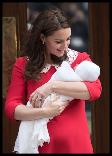 Kate pose devant la clinique avec son troisième enfant, le prince Louis