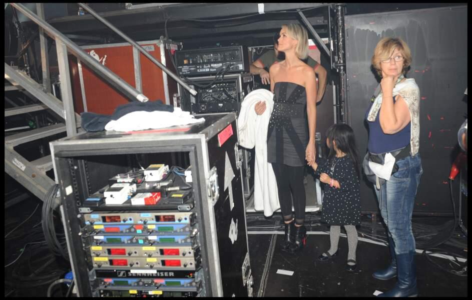 """Laeticia et Jade Hallyday dans les coulisses de la tournée """"Tour 66"""" à Montpellier en 2009"""