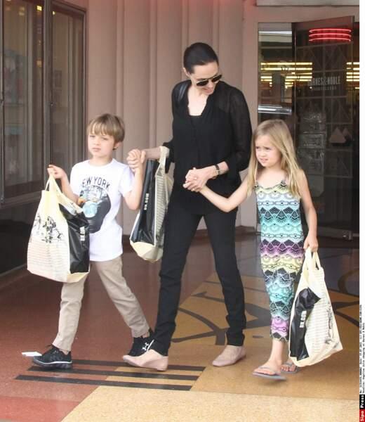 Shopping chez Barnes & Noble, à New York, en juillet 2015. Knox sait tout des dinosaures, Vivienne des fées.