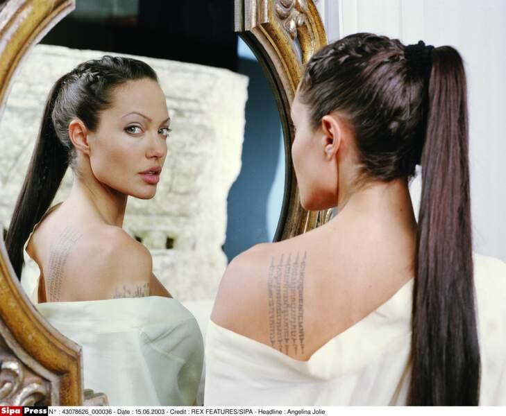 """Angelina Jolie sublime avec sa queue-de-cheval haute lisse, dans """"Tomb Raider, le berceau de la vie"""" en 2003"""