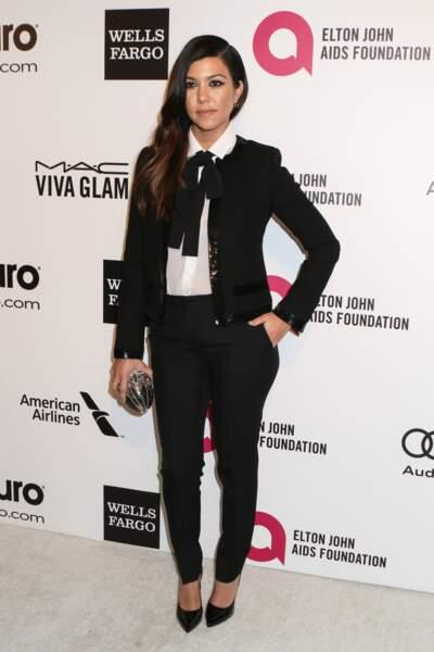 Kourtney Kardashian adopte le combo costume lavallière
