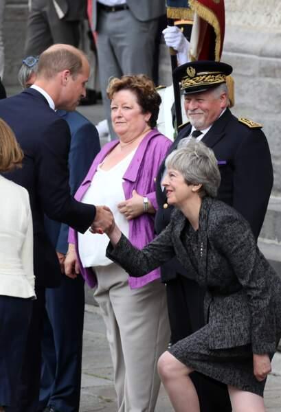 Les observateurs remarquent qu'elle s'agenouille particulièrement bas pour saluer William