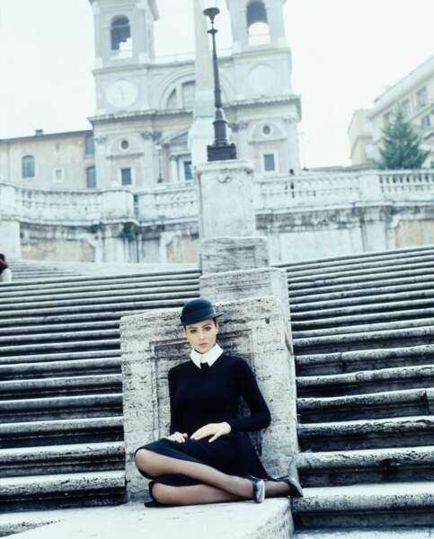 Monica Bellucci est habillée par Dolce & Gabbanna, elle pose dans les rues de Rome