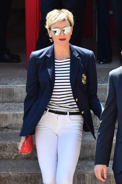 Charlène de Monaco, très chic en pantalon blanc, lunettes miroir et marinière chic