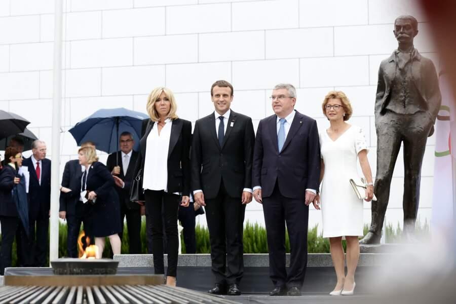 10 juillet 2017 :  Brigitte Macron en slim noir et veste épaulée noire
