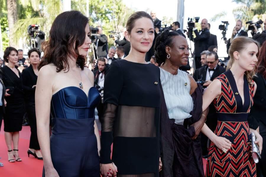 Marion Cotillard, avec Vanessa Filho, monte les marches de Cannes en robe transparente le 12 mai 2018