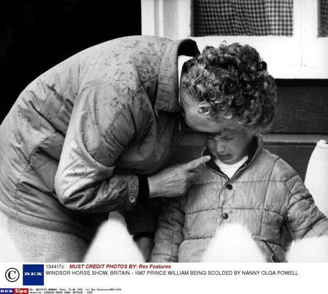 Le prince William, en larmes, se fait gronder par sa nounou Olga Powell, en 1987 à Windsor