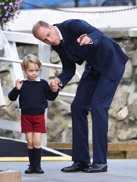 Le Prince William toujours en costume avec le Prince George